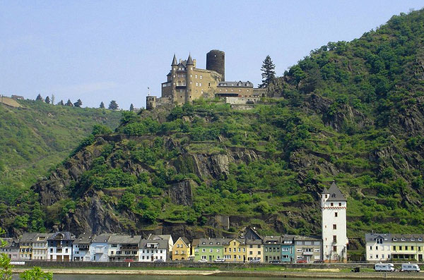 Burg Kats (Castle Kat) above the Rhine River and the town of Petersburg, Germany.